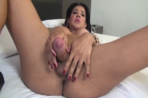 Beatriz Close Shows Us How that babe Cums